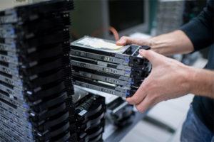 Des disques durs dans un centre de données data center orange