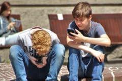 Enfants sur des smartphones