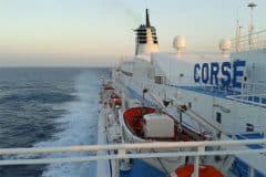Ferry bateau avec réseau satellite